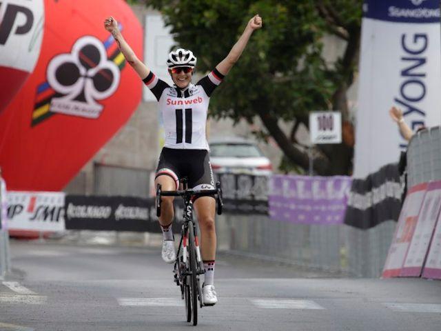 (Giro) Lucinda naar glorieuze solozege in Koninginnenetappe